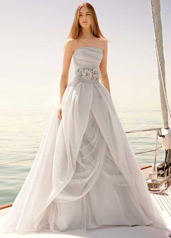 271e1a8b38dc Gli stilisti e i brand dedicati alla moda bridal propongono una serie di  soluzioni davvero chic e spesso anche sbarazzine